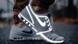 Photopeaを使って靴を白く光らせてみた。