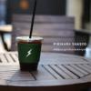テイクアウトのコーヒーカップ写真にロゴをはめ込んでデザインのモックアップをPhotopeaでやってみた。