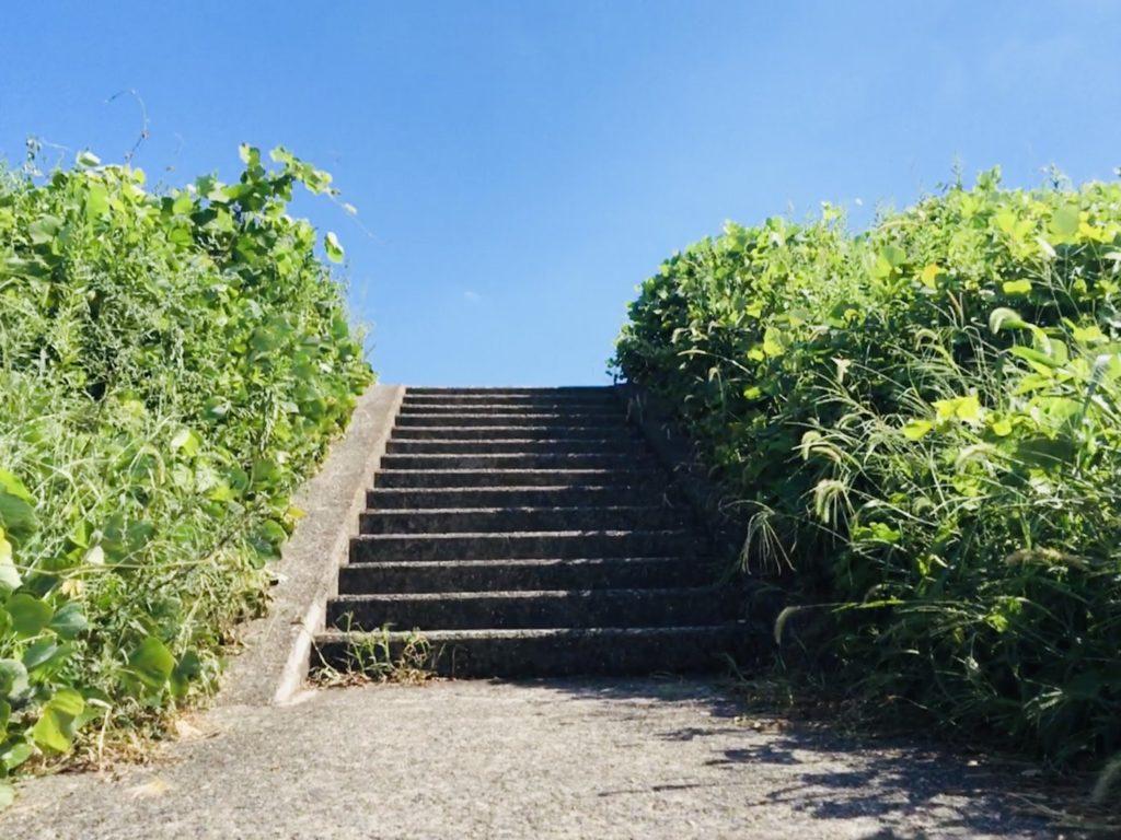 淀川手前の階段と空