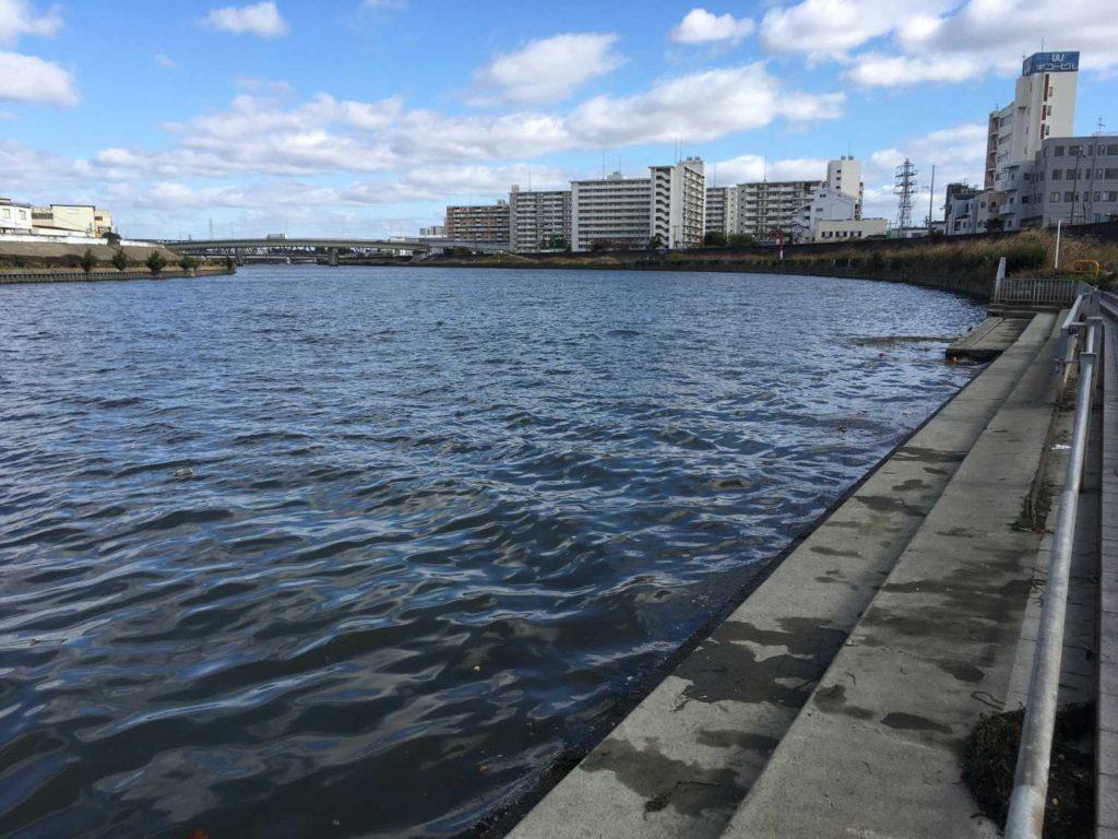 神崎川のアウトサイドベンドに風が吹き付けていた