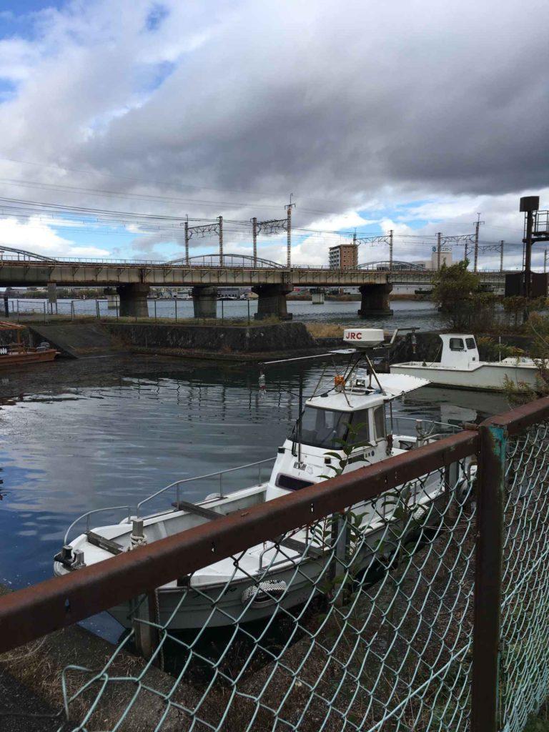 瀬田川に停泊する船