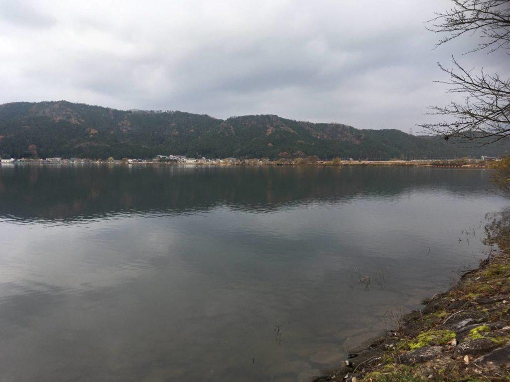 余呉湖護岸沿い