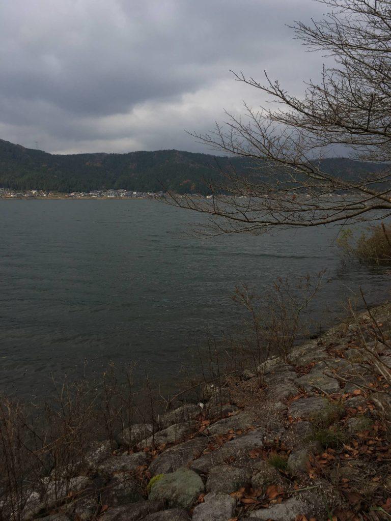 冬の余呉湖と対岸の集落