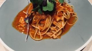 40代の女性とイタリアンレストランのパスタ食べる